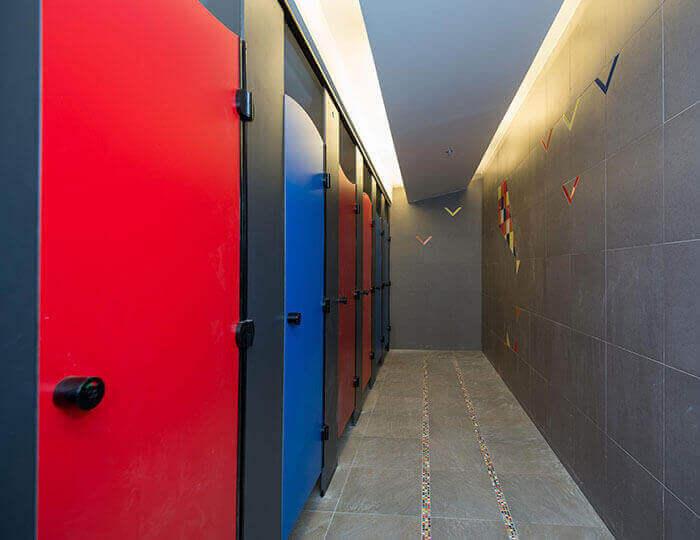 תאי שירותים צבעוניים